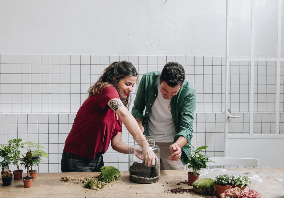Participants lors d'un atelier DIY terrarium à Lyon Rhône Alpes France