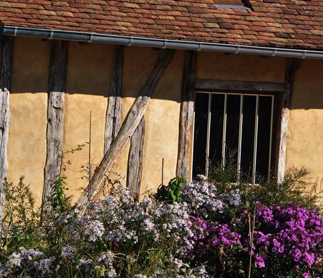 mur à colombages en torchis enduit chaux-sable et aménagements paysagers