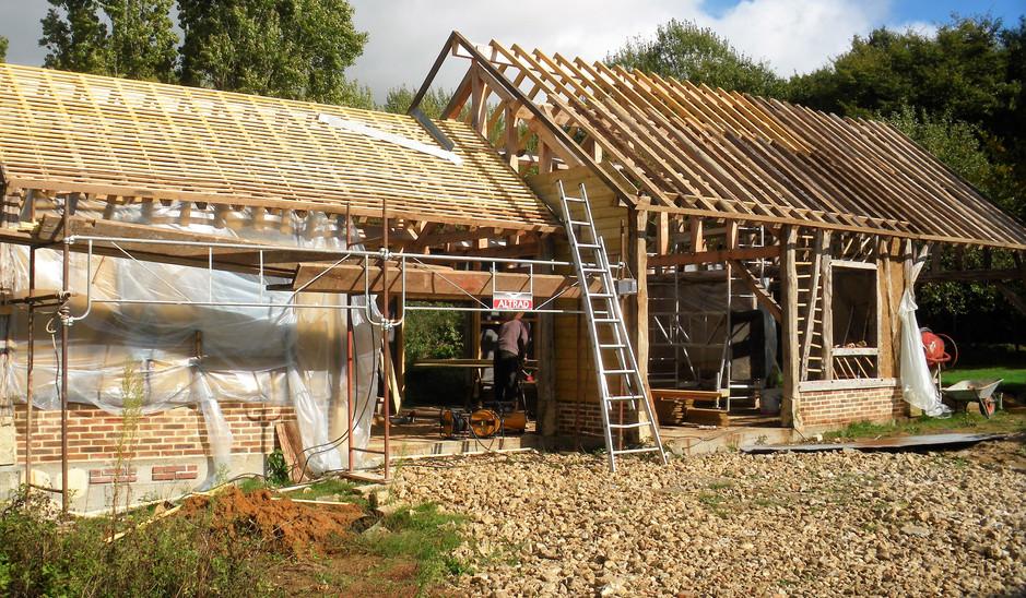 avancement des travaux du garage, montage des murs brique et torchis