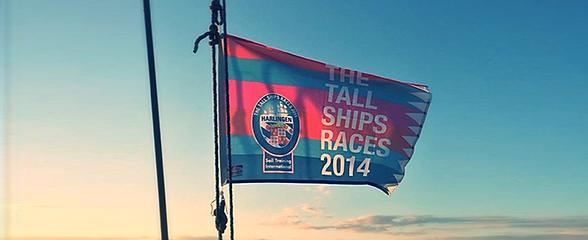 båt og flagg for et skip i forskjellige størrelser, farger og tekster