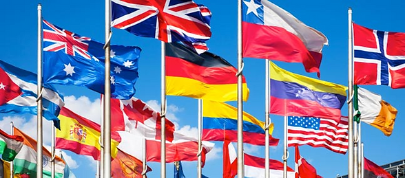Flere utenlandsk flagg henger på flaggstang
