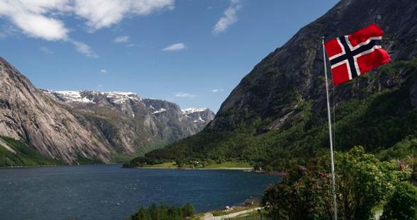 Norsk flagg på fjell og fjord