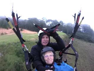 Idosa de 80 anos realiza sonho de voar de parapente com o filho em MG