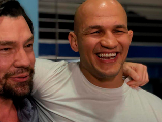 """Encontro de """"Ciganos"""": peso-pesado do UFC e ator trocam de papel por um dia"""