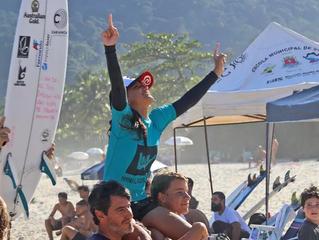 Sob olhares do irmão Gabriel Medina, Sophia vence 2ª etapa do Surf Attack