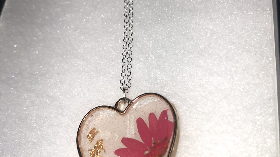 Red Daisy Hear Frame Necklace🌼