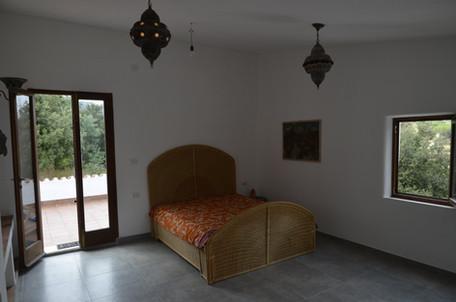 Schlafzimmer 1, Bett und Hängelampen
