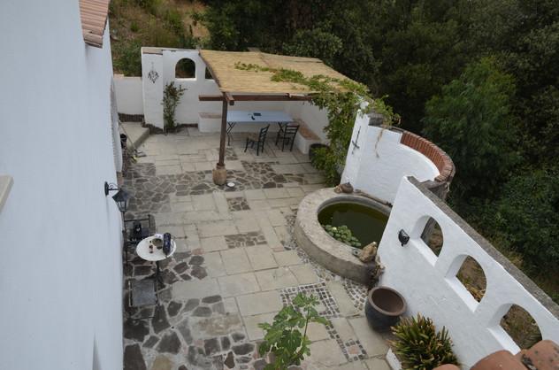 Blick auf die untere Terrasse vom Kleinen aussenbalkon