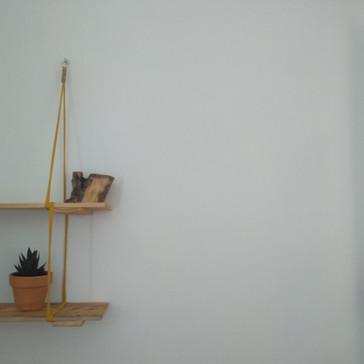 Diseño de estantes de madera local.