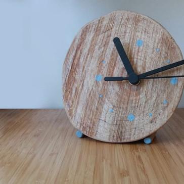 Diseño de reloj con tronco de madera local.