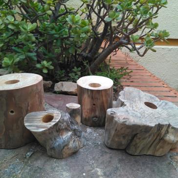 Diseño de lámparas con troncos de madera local.