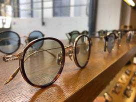 注目が集まる目元にサングラスを