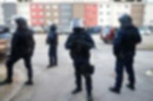 1107639-les-forces-de-police-arrivent-po