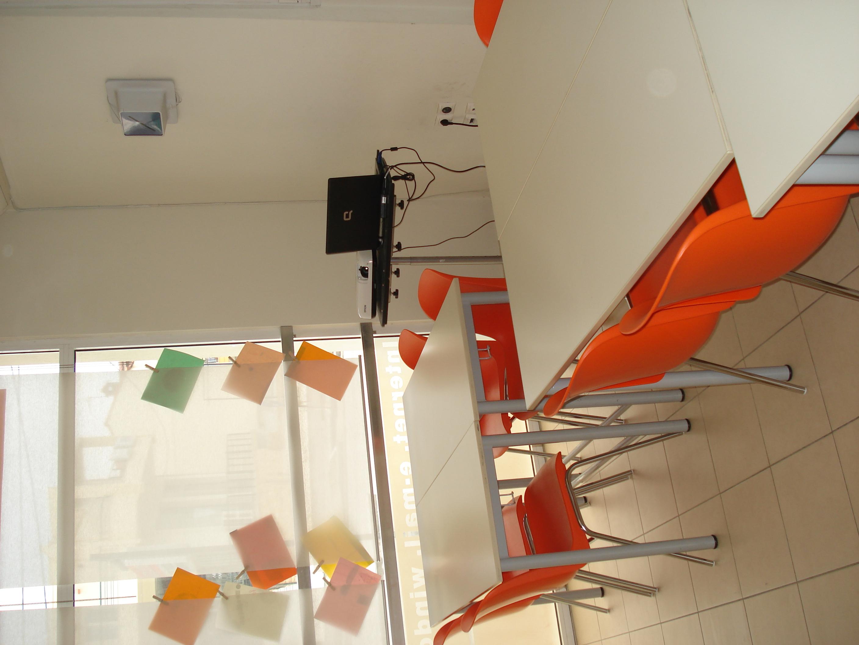 Gruppenarbeit in den Klassenräumen von langolerta