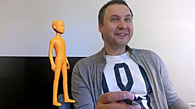 Ein Erwachsenr beim Deutschlernen und eine Mixed-Reality-Figur in orange, die neben ihm schwebt.