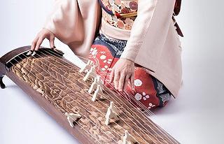 琴を弾く着物の女性