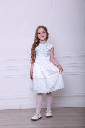 Платье с голубым кружевом и бусинками