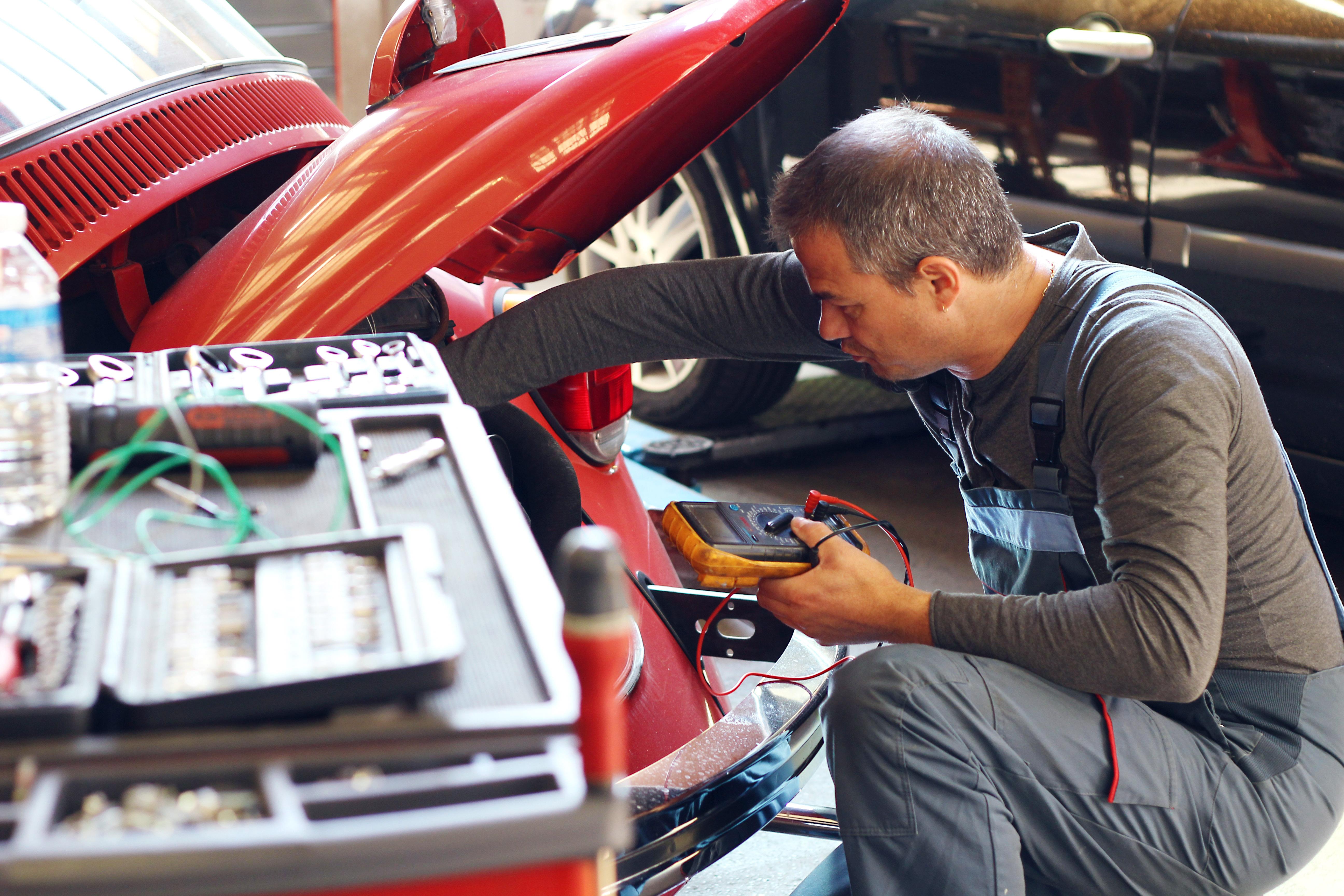 atelier_mécanicien_voiture_rouge
