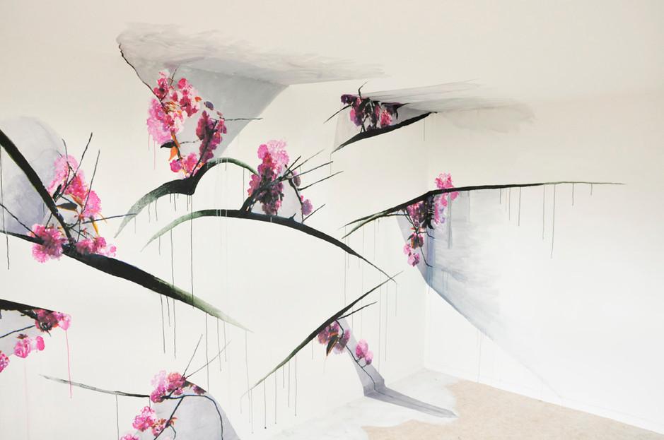 Éclosion rose et grise, travail in situ, collage de fragments d'image et prolongements à la peinture (gouache et acrylique) sur les murs, sol et plafond. Travail effectué dans une pièce de 12m2, mur de 4m de long et de 2,5m de hauteur. Festival « Les Imaginaires », Créteil 2012.