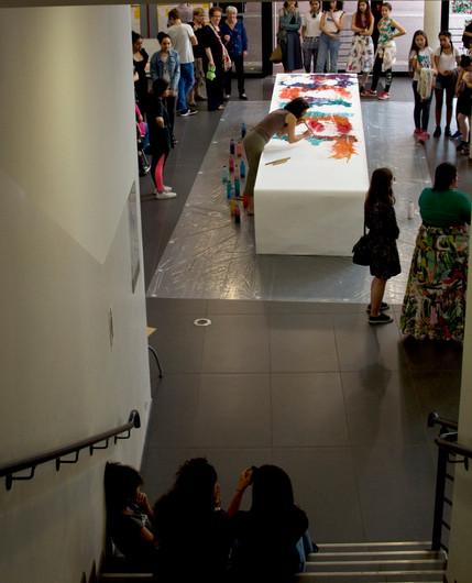 """""""S"""", performance picturale, rouleau de papier d'environ 7 m, peinture acrylique très liquide, bambous, hall du collège Jacqueline Auriol à Boulogne, 2017."""
