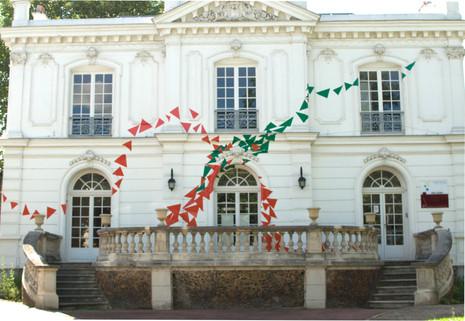 Échappée, intervention sur la façade du centre culturel Max juclier de Villeneuve-la-Garenne, adhésifs,  Biennale d'arts plastiques de Villeneuve-la-Garenne, 2014.