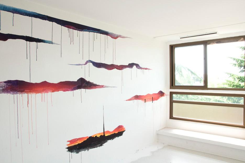 Nuée, travail in situ, collage de fragments d'une image et prolongements à la peinture (gouache et acrylique) sur un mur de 4,8m de long et de 2,5m de hauteur. Festival « Les Imaginaires », Créteil 2012.