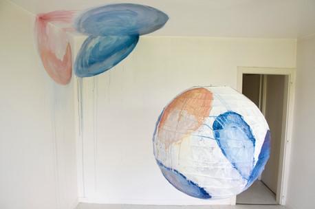 Résonance, sphère suspendue et peinte, avec peinture sur le plafond et le mur dans une pièce de 10m², boule japonaise de 80cm de diamètre, acrylique, festival « Les Imaginaires » Créteil 2013.