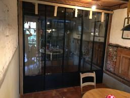 Stalen deur tijdens montage