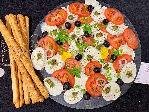 Mozzarella/Tomaten-Platte mit Grissini
