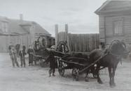 Учащиеся вывозят навоз на пришкольный участок. Свияжск. Середина ХХ