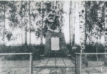Обелиск над братской могилой. Место захоронения свияжца П.Ф. Шуваева. Смоленская область