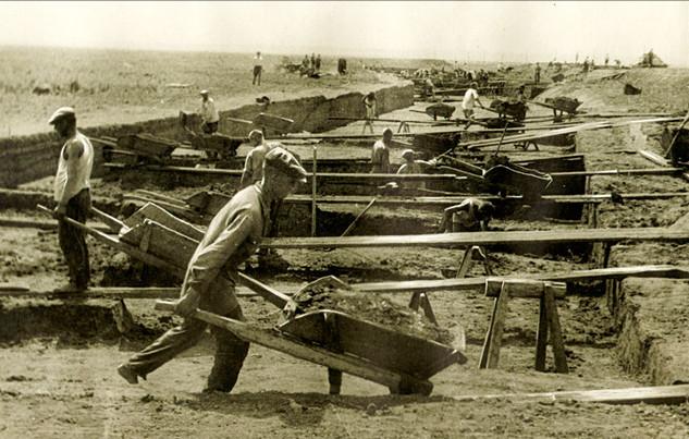 Отсыпка насыпи на строительстве Волжской рокады. 1942 Из собрания РГА в г. Самара