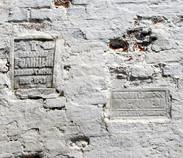 Мемориальные доски памяти В.М. Голицына и С.В. Олсуфьевой на стене свияжского Успенского монастыря