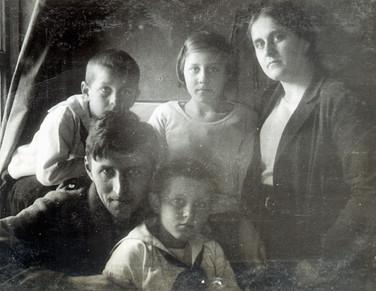 В.М. Голицын с женой и детьми. 1930-е гг. Из семейного архива