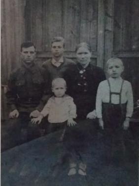 П.В. Иванов с женой и детьми. Свияжск. 1940-е Из архива семьи Ивановых