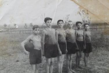 Витя Иванов (слева) с товарищами. Свияжск. Конец 1940-х Из архива семьи Ивановых