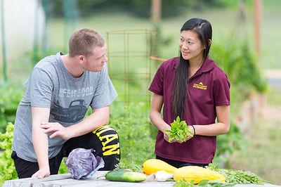 Woman and man talking in Schoolyard Gard