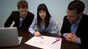 Quais são os principais conteúdos do contrato firmado entre fornecedores e compradores?