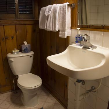 bathroom-cabin-6-riverside-point-resort.