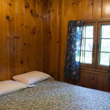 queen-bed-cabin-3-riverside-point-resort