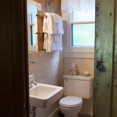bathroom-cabin-2-riverside-point-resort.