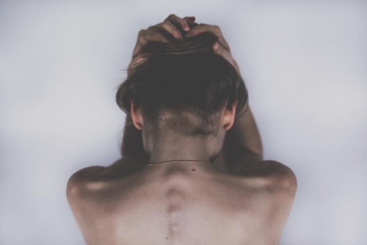 Donna che prova dolore, sofferenza