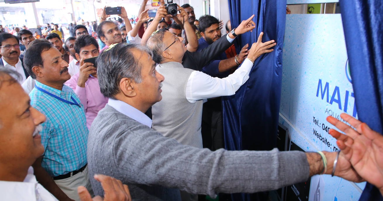 CEO MD of IRSDC Shri Sanjay Kumar Lohia inaugurates the MEGHDOOT Water from Air kiosk along with the DRM of South Central Railways Shri Anand Bhatia
