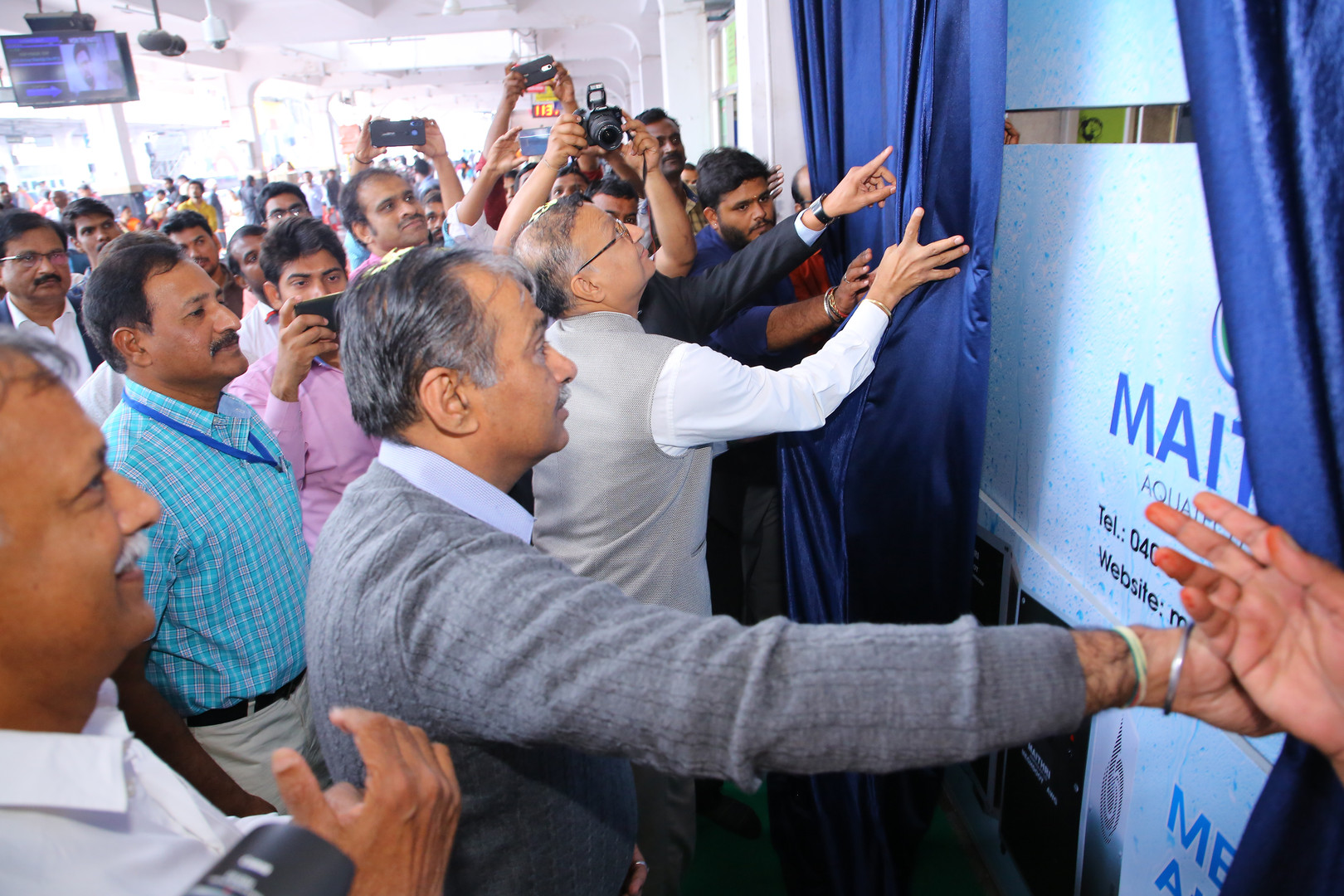 CEO MD of IRSDC Shri Sanjay Kumar Lohia inaugurates the MEGHDOOT Water from Air kiosk along with the DRM of South Central Railways Shri Anand Bhatia.