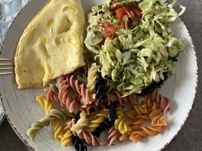 Омлет з рисом басматі і салатом з капусти, помідорів та огірків