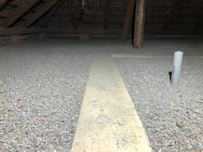 Izolace foukanou celulózou na půdě s pochůzí lávkou