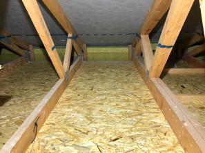 Izolace foukanou celulózou mezi vazníky