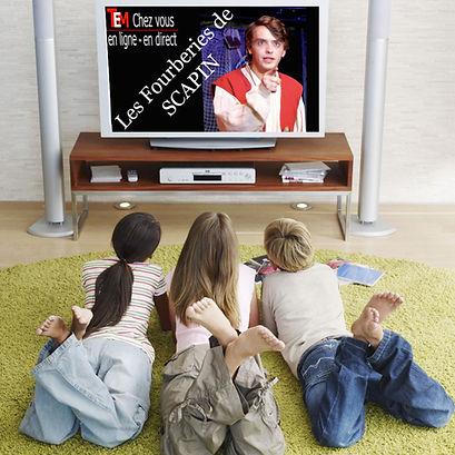 Tous les enfants sont reunis devant la télé
