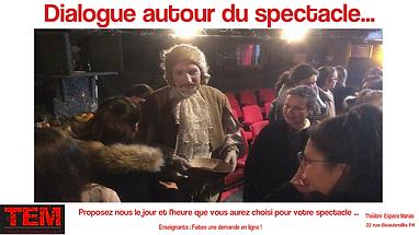 Un comédien et des élèves dans un théâtre