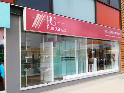 A Origam Angola cria Showroom com idêntidade para a marca Pureglass.